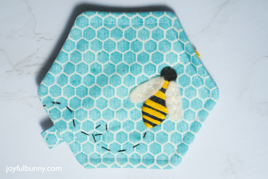 The Hexagon Zipper Pouch is a great project for beginners! Quick and easy with a free pattern, this pouch sews up in no time. Perfect place for headphones, chap-stick, and odds and ends!